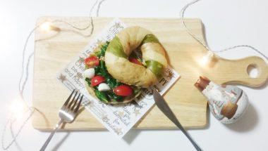 ほうれん草とトマトのベーグルサンドウィッチ