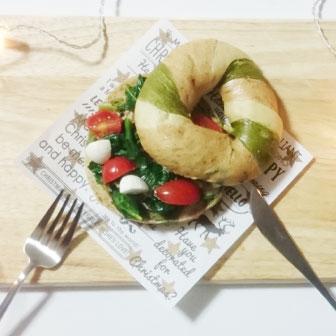 ほうれん草とトマトのベーグルサンドウィッチ 画像2