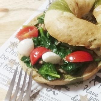 ほうれん草とトマトのベーグルサンドウィッチ |  ベーグルレシピ 画像1