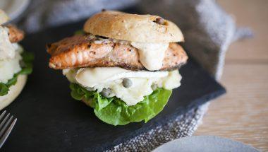 鮭のムニエルとカマンベールチーズのタルタルソース添え