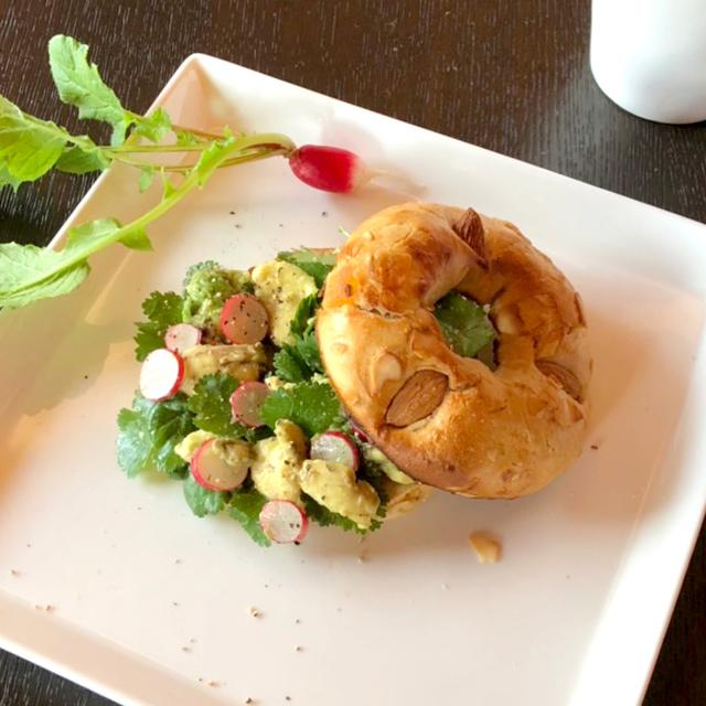 アボカド&パクチーのサラダベーグルサンドウィッチ 画像1
