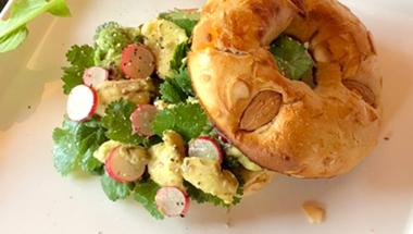 アボカド&パクチーのサラダベーグルサンドウィッチ  |  ベーグルレシピ